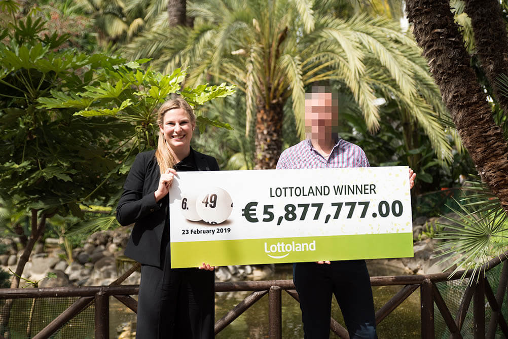 German Lottery Winner holds up giant cheque
